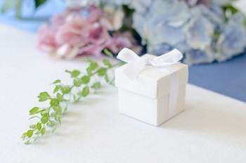 Krabička bílá s víčkem a stužkou