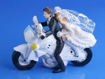 Svatební figurky ženich a nevěsta na motorce
