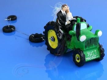 Svatební figurky ženich a nevěsta na traktoru