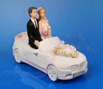 Svatební figurky ženich a nevěsta v autě