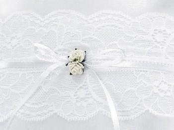 Polštářek na prstýnky s bílou krajkou a bílými růžičkami