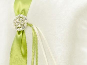 Polštářek na prstýnky se zelenou stuhou a perlovou broží