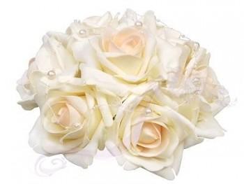 Malá svatební dekorace z růží  s perličkami