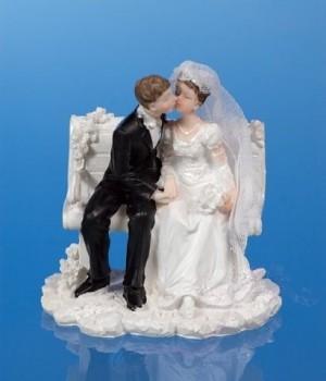 Svatební figurky ženich a nevěsta na lavičce