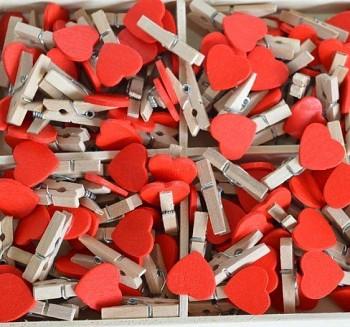 Dřevěný kolíček s červeným srdíčkem 731200160